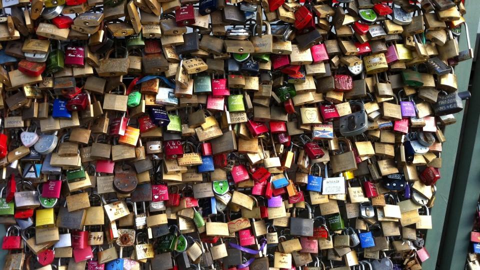 Hunderte Vorhängeschlösser